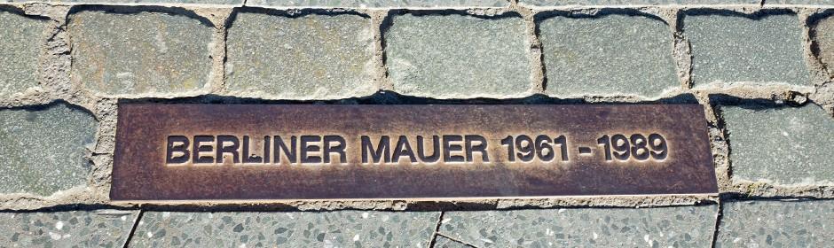 Ein in den Boden eingelassener Gedenkstein zur Berliner Mauer.