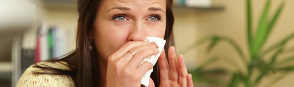 Ein Ausschnitt aus dem Homöopathie-Video: Die Protagonistin putzt sich mit einem Taschentuch die Nase.