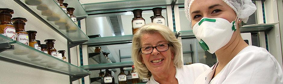 Apothekerin Christine Schubert und Natalja Jakunin, Auszubildende, in der Apotheke von Christine Schubert.