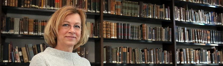 Bibliothekarin Sabine Radtke in der Europäischen Bibliothek für Homöopathie.